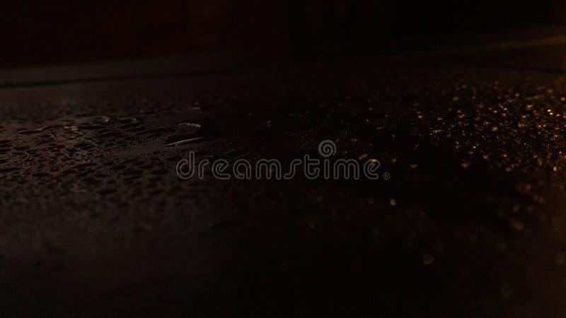 Влажный асфальт, сцена ночи пустой улицы с маленьким отражением в воде стоковое фото rf