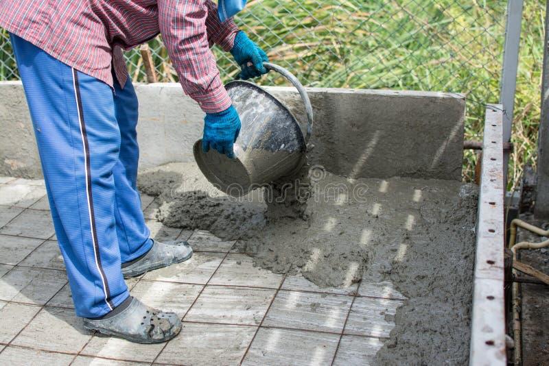 Влажный бетон полит на стали ячеистой сети стоковые фотографии rf