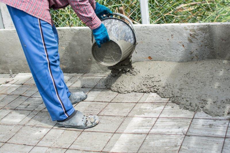 Влажный бетон полит на стали ячеистой сети стоковое изображение