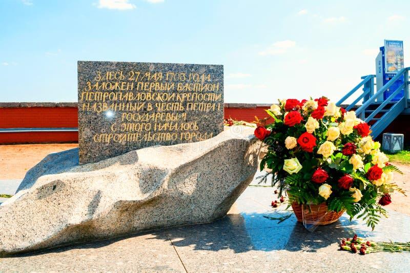 Властительский бастион крепости Питер и Пол Мемориальный знак раскрытый в честь основывать Санкт-Петербурга стоковая фотография