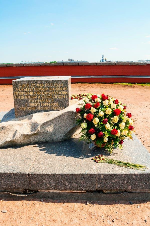Властительский бастион крепости Питер и Пол Мемориальный знак раскрытый в честь основывать Санкт-Петербурга стоковые фотографии rf