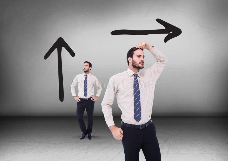 Влево или вправо чертежи стрелок при бизнесмен смотря в противоположных направлениях стоковое изображение rf
