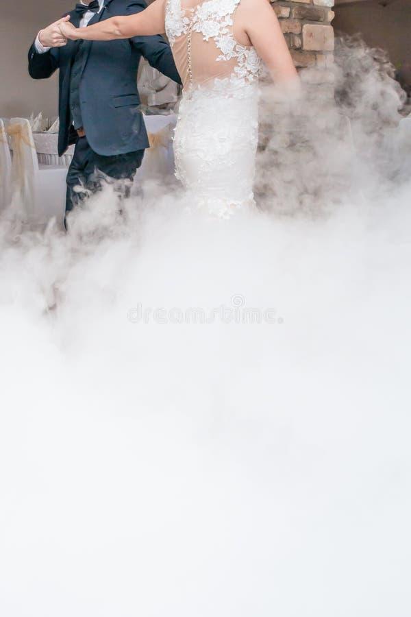 Влияние дыма танца свадьбы первое стоковое изображение
