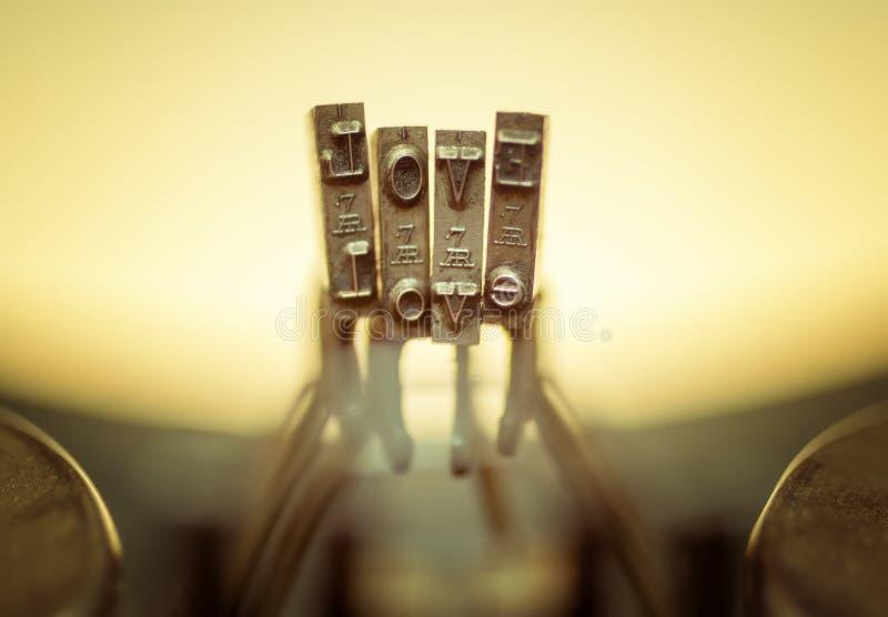 Download ВЛЮБЛЕННОСТЬ близкая вверх старой клавиатуры машинки. Стоковое Изображение - изображение насчитывающей ретро, старо: 37931925