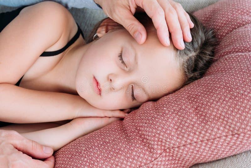 Влюбленность дочери спать ласки папы родительского попечения стоковые изображения