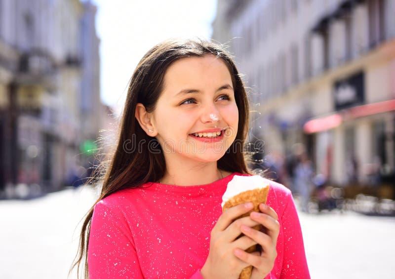 влюбленность льда сливк i Счастливый ребенок девушки есть мороженое в жаркой погоде Наслаждаться закуской или десертом замороженн стоковая фотография