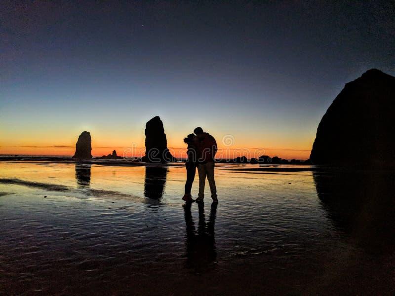 Влюбленность на пляже карамболя стоковое фото