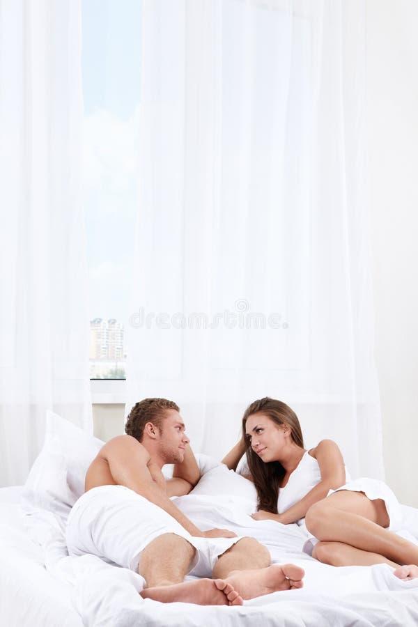 влюбленность пар спальни стоковые фотографии rf