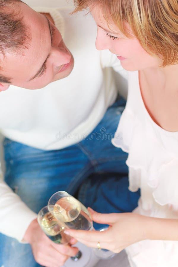 влюбленность пар cheers стоковое фото