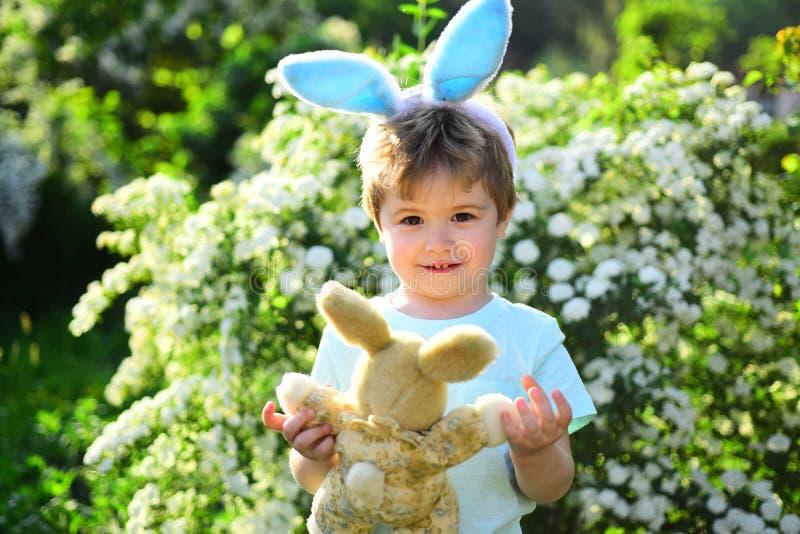 Влюбленность пасха Праздник семьи Охота яйца на празднике весны пасха счастливая Детство Ребенок мальчика в зеленом лесе стоковые изображения rf