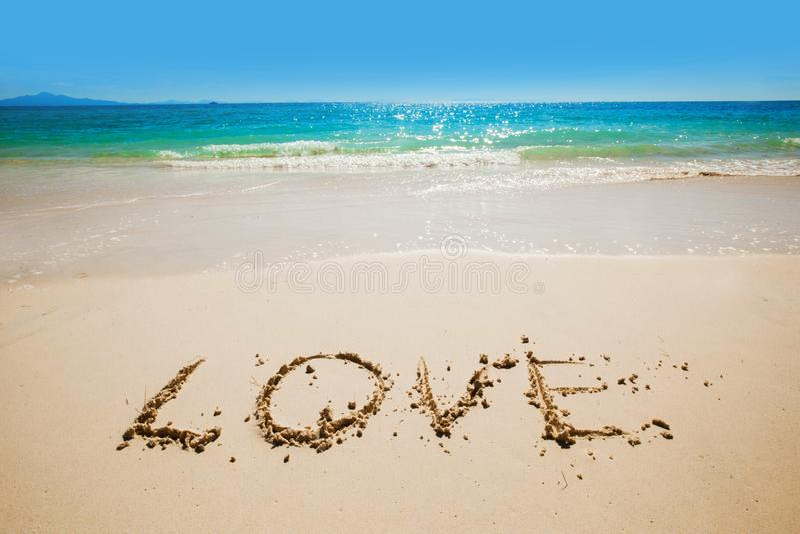 Влюбленность слова на пляже стоковое фото
