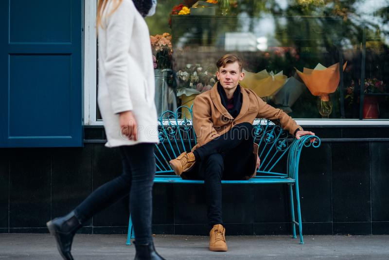 Влюбленность сперва визирует чувства немедленной толкотни предназначенные для подростков стоковые изображения rf