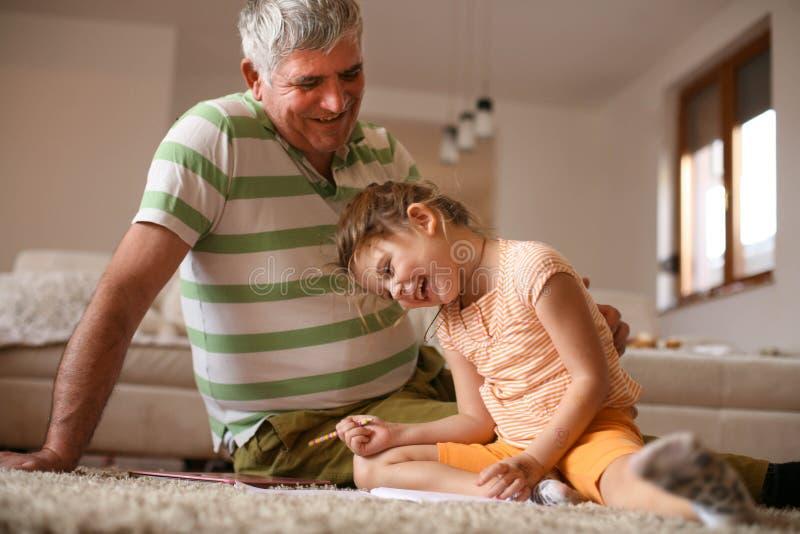 Влюбленность тратя время с моим grandpa стоковое изображение