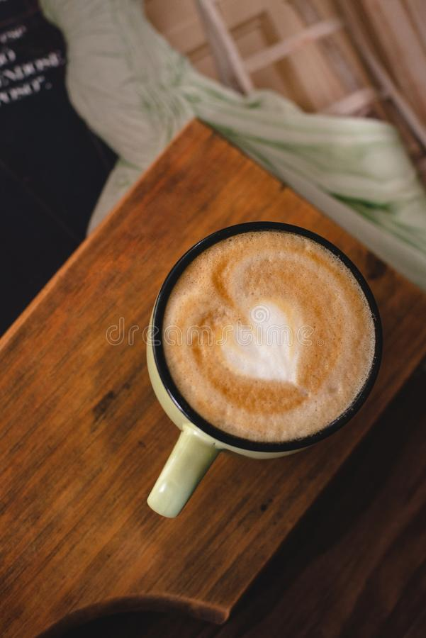 Влюбленность утра с чашкой кофе 2 стоковая фотография