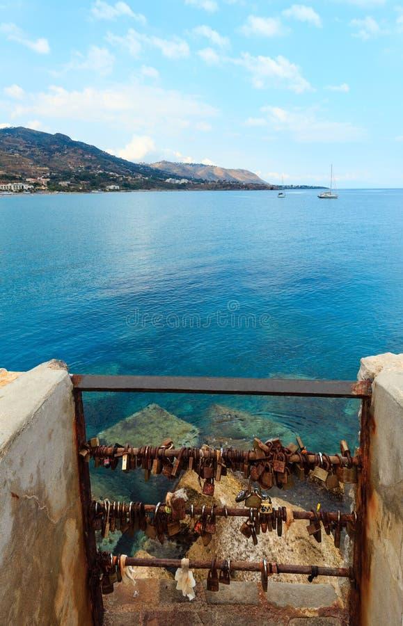 Влюбленность padlocks в Cefalu, Сицилии, Италии стоковые фото