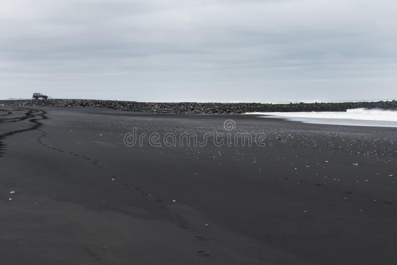 Внедорожное положение автомобиля около пляжа отработанной формовочной смеси стоковые фотографии rf