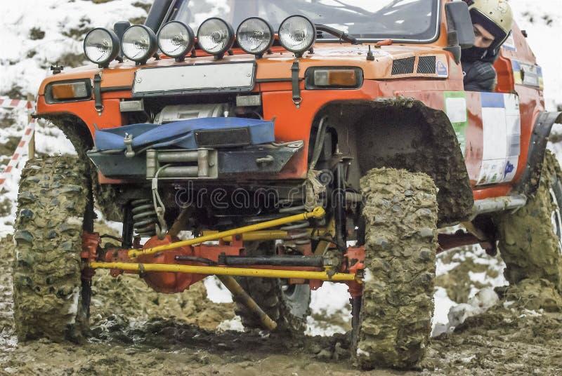 Внедорожные гонки в грязи в дожде стоковое изображение