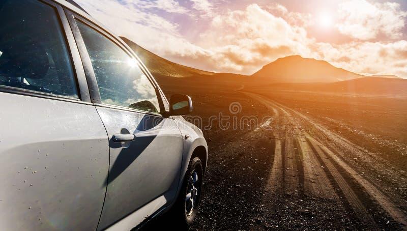 Внедорожный автомобиль виллиса на плохой дороге гравия стоковое изображение
