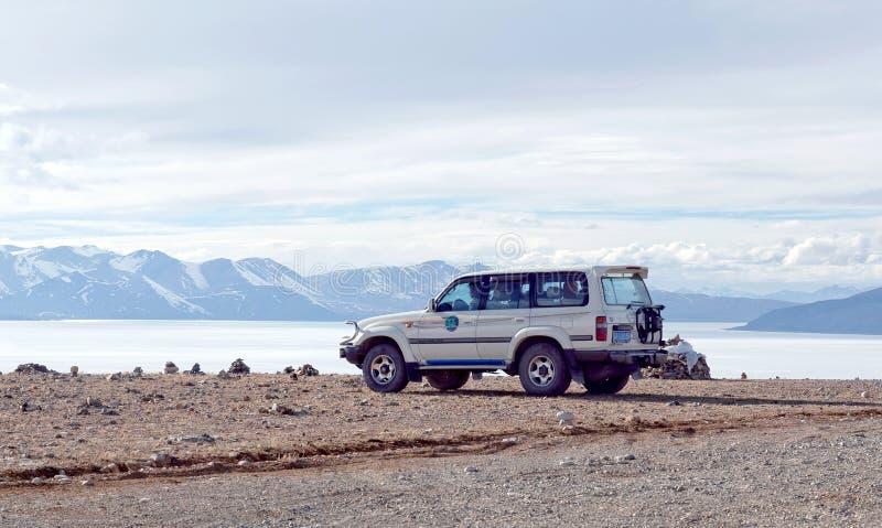 Внедорожный виллис на береге озера Manasarovar, Тибета стоковое фото