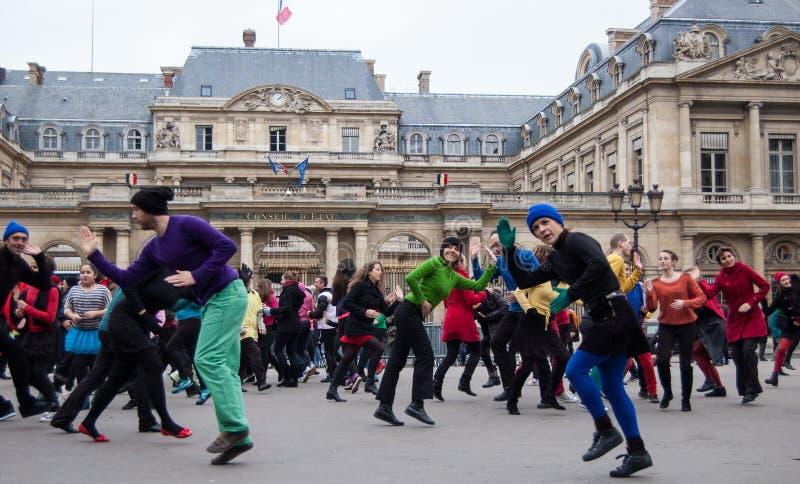 Внезапная танцулька толпа в Париже стоковое фото