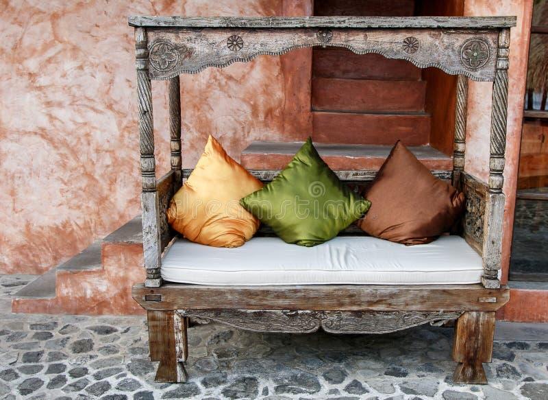 Внешнее деревянное кресло стоковая фотография
