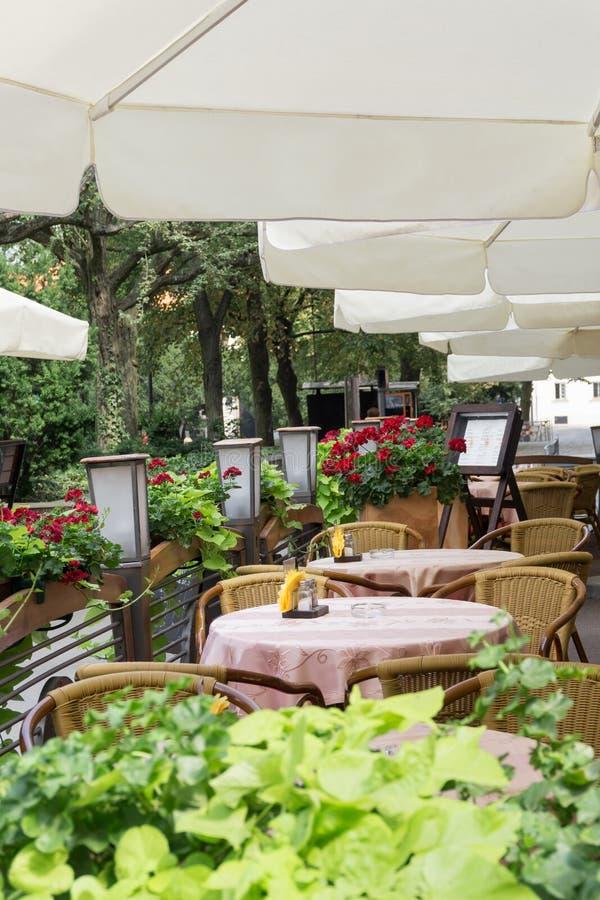 Внешнее кафе или ресторан в городе стоковые изображения