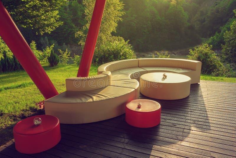 Внешнее кресло на деревянном поле стоковые изображения rf