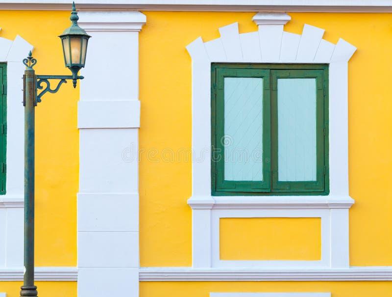 Внешнее окно винтажного дома стоковые фотографии rf