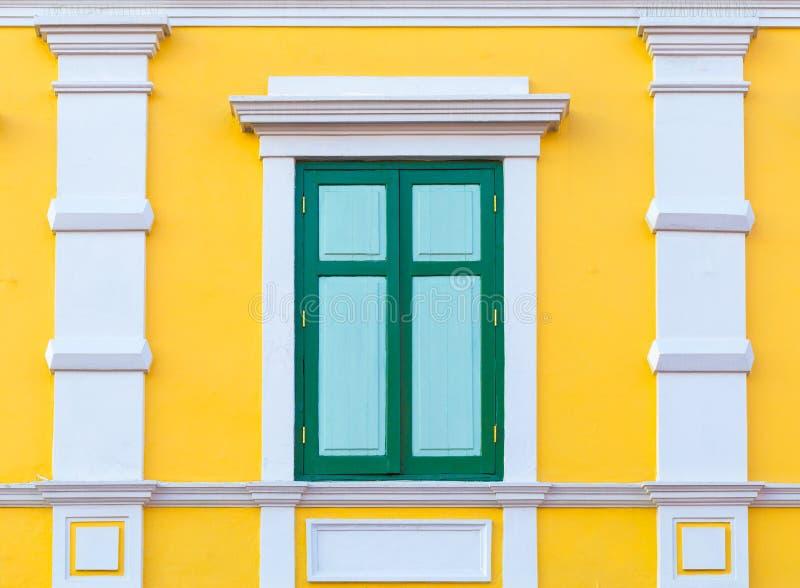 Внешнее окно винтажного дома стоковые изображения rf