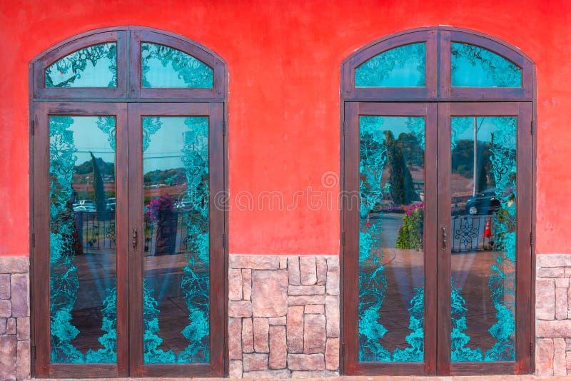 Внешнее окно винтажного дома стоковое фото rf