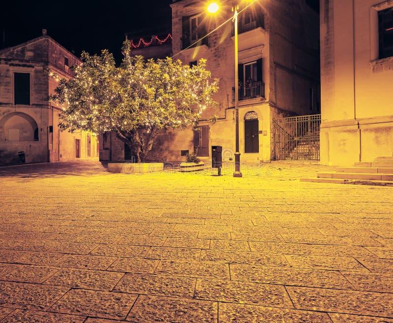 Внешнее украшение рождественской елки с шариками и золотое украшение светов на теплой предпосылке стоковое фото rf