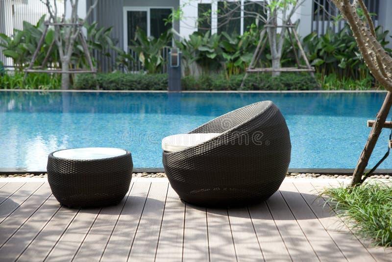 Внешние стулья ротанга мебели стоковые изображения