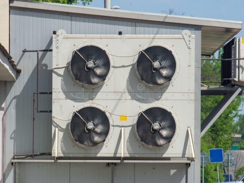 Внешний блок вентилятора от кондиционеров прикреплен в фасад промышленного здания стоковое изображение