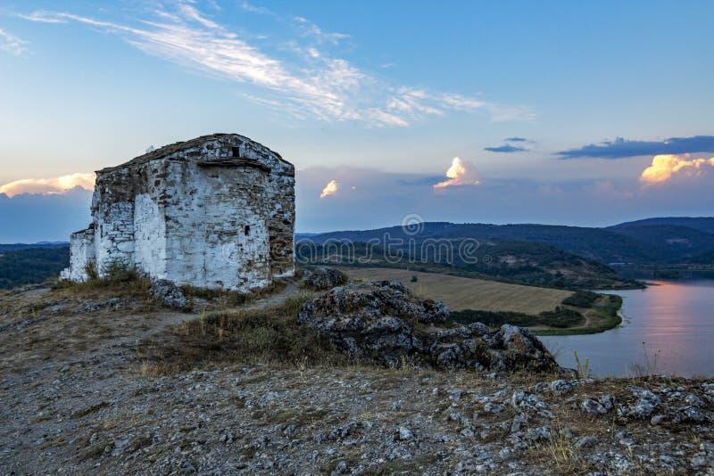 Внешний взгляд апсиды церков St. John Letni и части резервуара Pchelina в Болгарии стоковое фото