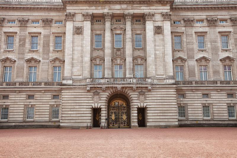 Внешний взгляд Букингемского дворца стоковые изображения