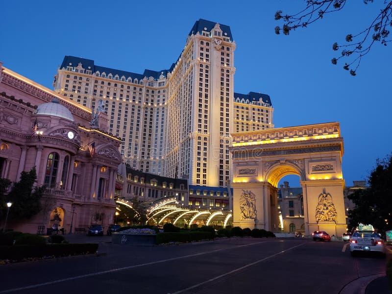 внешний взгляд гостиницы Парижа в городе Лас-Вегас, Невады вечером стоковое фото rf