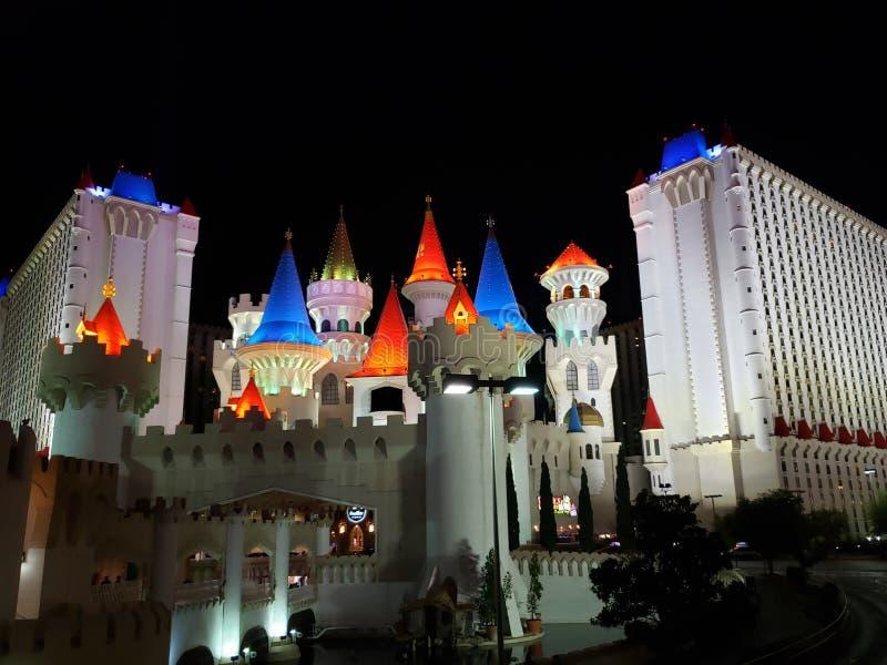внешний взгляд гостиницы Excalibur в городе Лас-Вегас, Невады вечером стоковая фотография rf