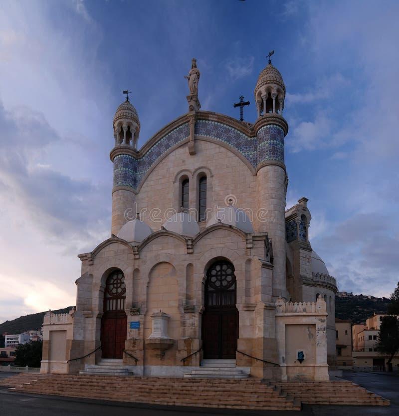 Внешний взгляд к ` Afrique Cathedrale Нотр-Дам d на Алжире, Алжире стоковые изображения