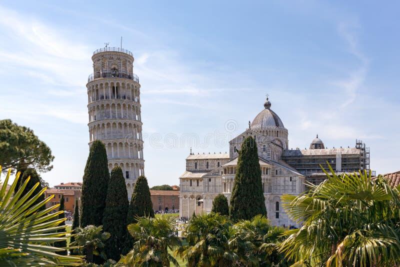 Внешний взгляд полагаясь башни и собора в Пизе Лигурии Италии 18-ого апреля 2019 стоковые фотографии rf