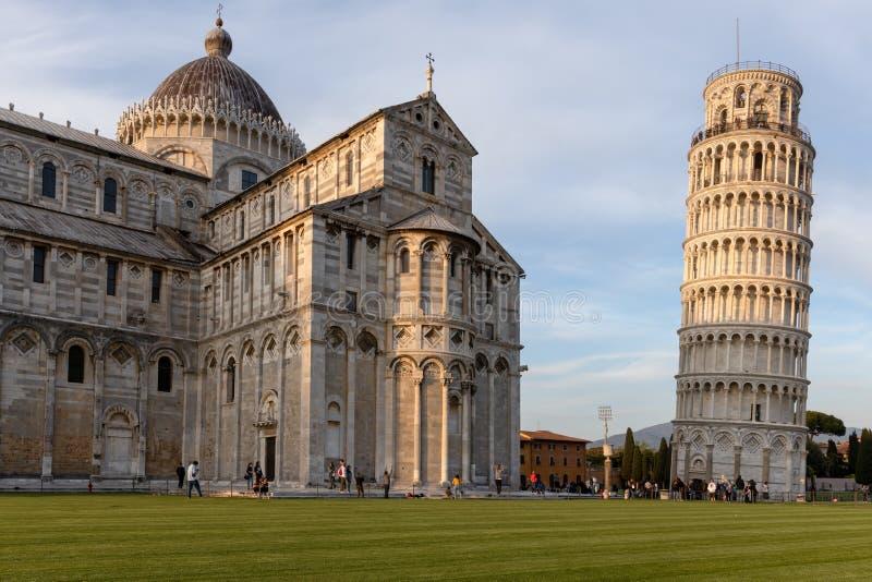 Внешний взгляд полагаясь башни и собора в Пизе Лигурии Италии 18-ого апреля 2019 стоковые изображения