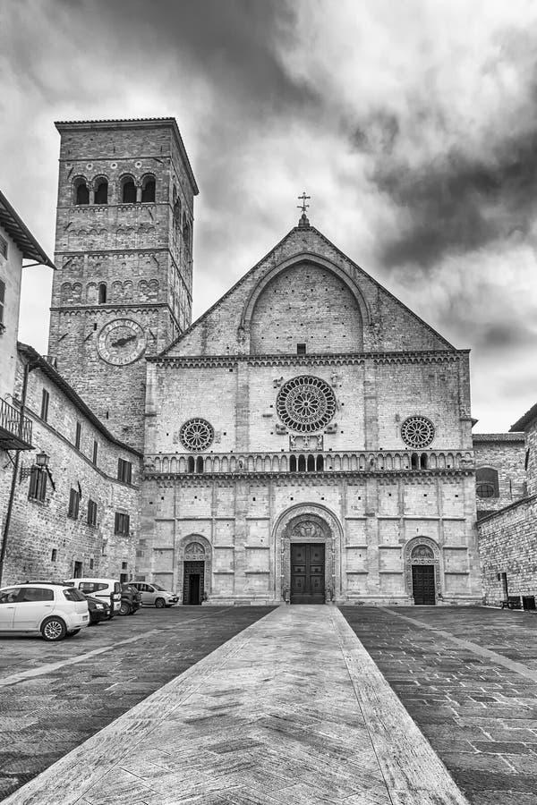 Внешний взгляд средневекового собора Assisi, Италии стоковые изображения rf