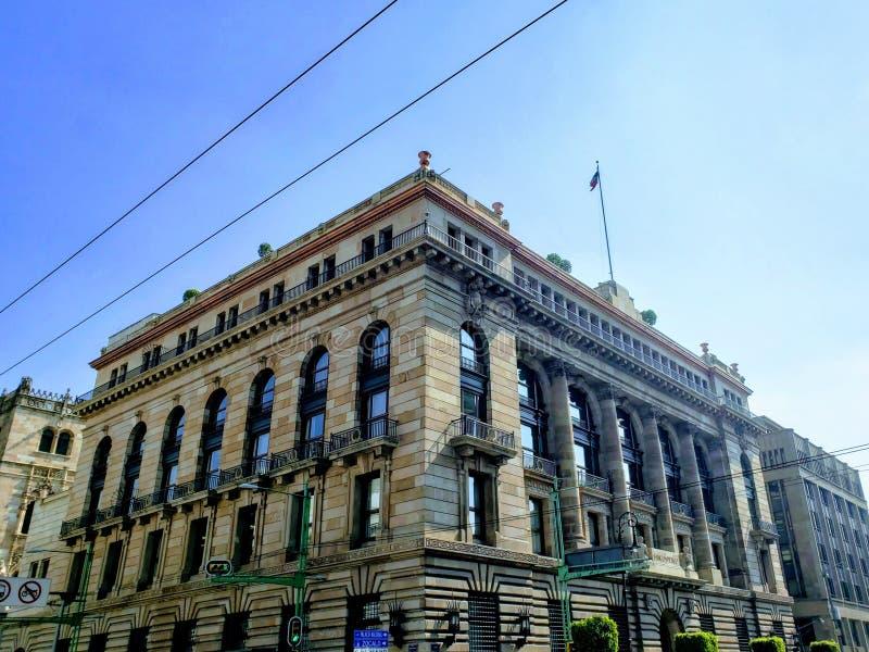 внешний взгляд фасада здания банка Мексики, в историческом центре Мехико стоковое изображение