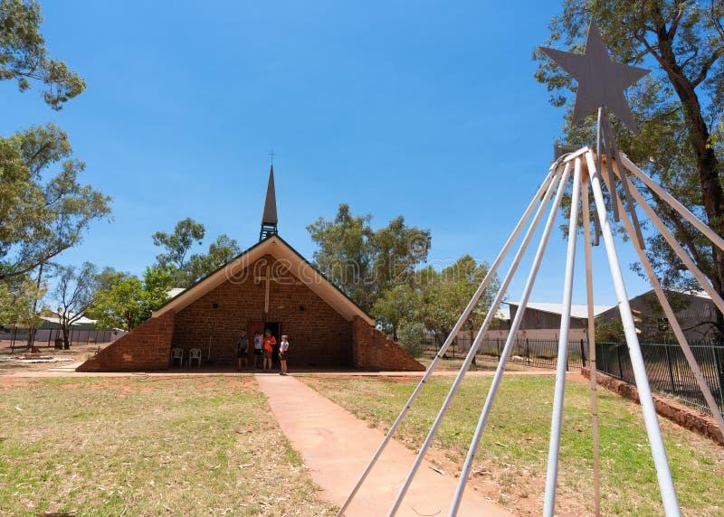Внешний взгляд церков лютеранина Вифлеема с людьми в захолустье Австралии Hermannsburg стоковая фотография rf