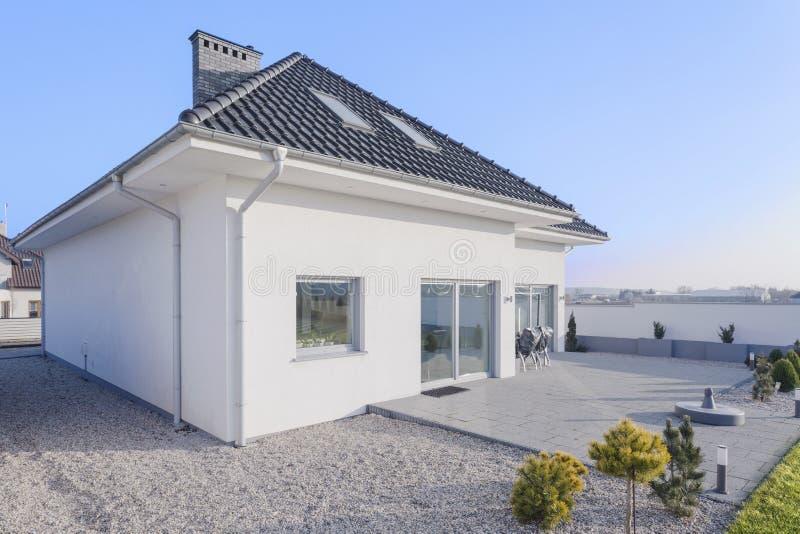 Внешний взгляд предназначенного для одной семьи дома стоковое изображение rf