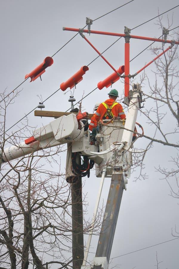 Внешний гидро экипаж ремонтируя электрическую линию стоковые фото