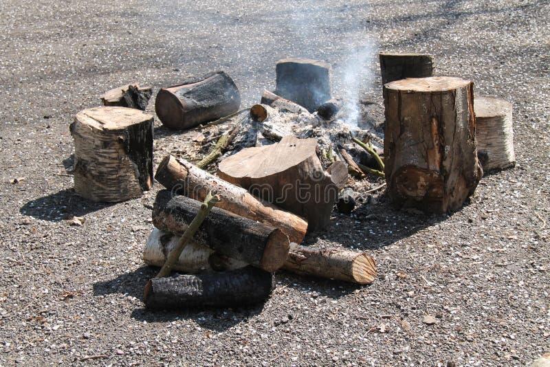 Внешний деревянный огонь журнала стоковая фотография