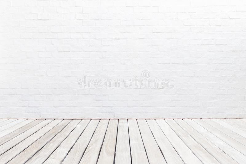 Внешний деревянный украшая пол и белая кирпичная стена Абстрактный декабрь стоковые изображения