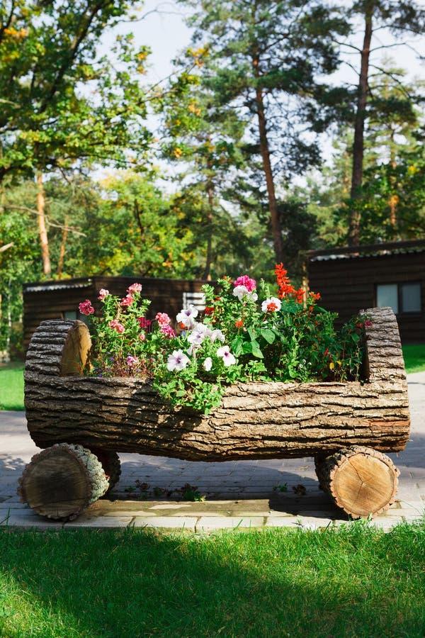 Внешний дизайн ландшафта - кровать сада с цветками стоковое изображение