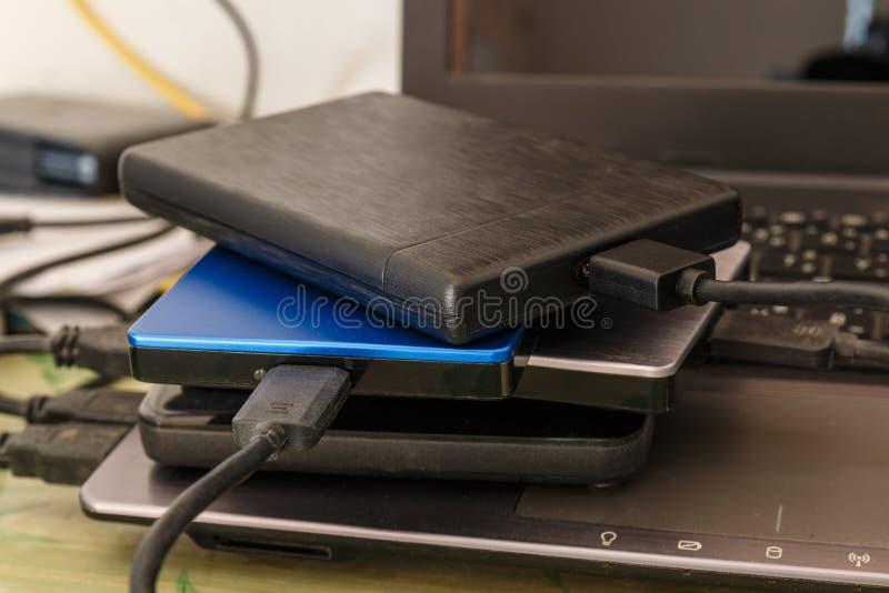 Внешний жесткий диск диска к тетради для подпорки стоковые изображения rf