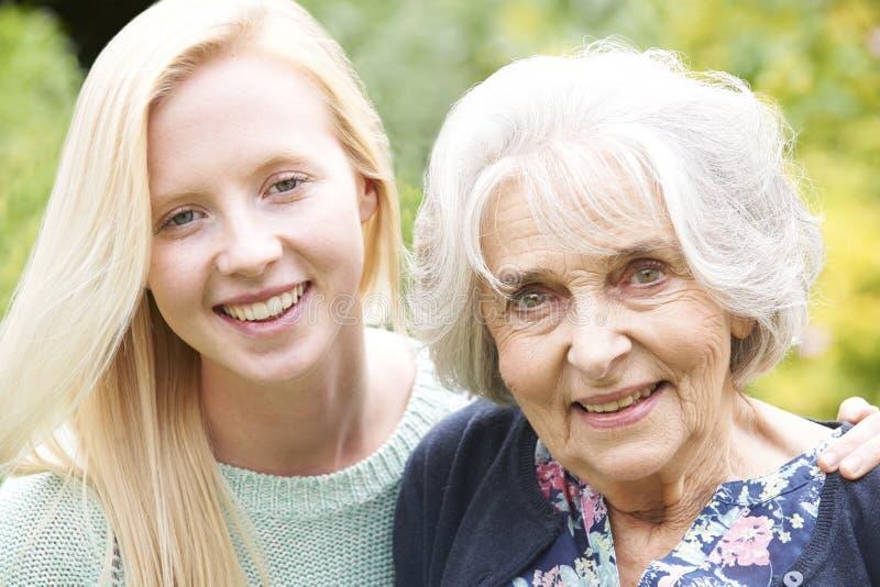 Внешний портрет бабушки и внучки стоковое фото